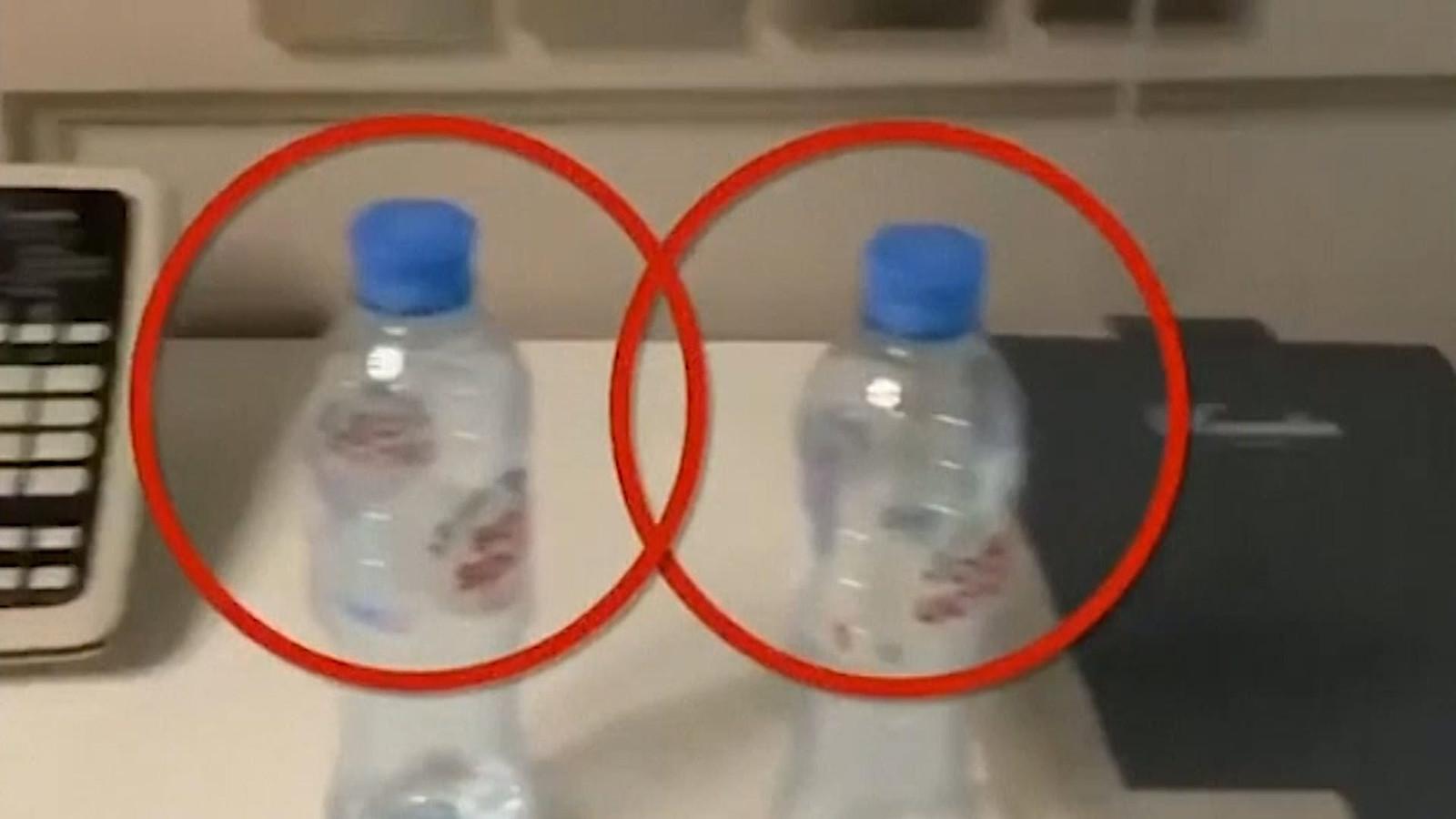 Het team van de Russische oppositieleider Aleksej Navalny vertelde dat sporen van een zenuwgif waren aangetroffen op een lege waterfles in zijn hotelkamer. Daar verzamelden medewerkers van de politicus zelf bewijsmateriaal nadat hij onwel was geworden.