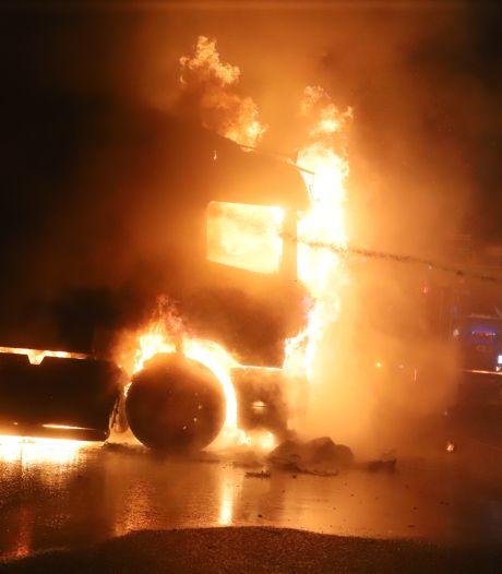 Vrachtwagenchauffeur ontsnapt aan vlammenzee nadat cabine in brand vliegt