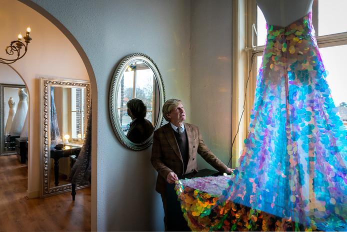 Addy van den Krommenacker met een door hem ontworpen creatie in Villa Maasdonk.