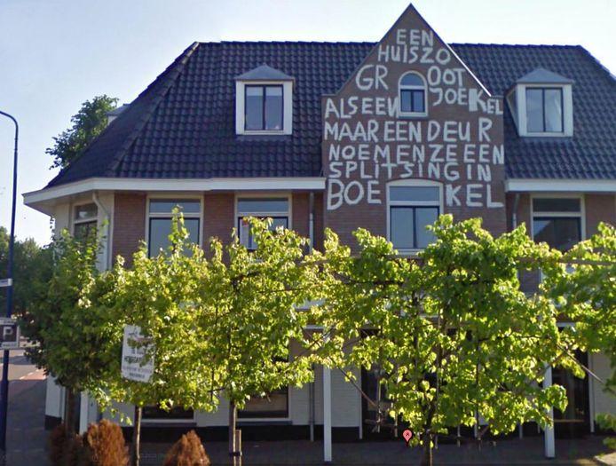 Niet altijd pakt het afschaffen van de commissie welstand goed uit in Boekel. Ria van Driel en Gerry en Francien van Boxtel van IT-bedrijf Vanboxtel stellen dat de gemeente hen in de kou laat staan, nu de tekst na vijf jaar nog steeds metersgroot op het pand staat.