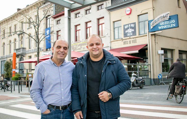 Fisnik Syla met zijn vader Agim, met op de achtergrond drie van hun vijf horecazaken in het stadscentrum: café Hôtel De Ville, brasserie 't Goe Gevoel en vanaf november het Italiaanse restaurant 'La vita è bella', in de plaats van De Gouden Arend, alledrie op de Grote Markt.