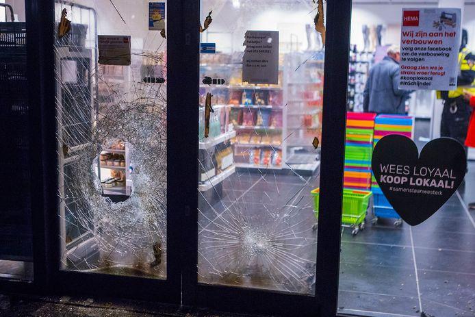 Politie blust brandje na knal voor de deur van Hema in Schijndel.