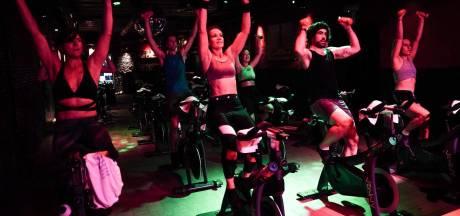 DJ, zwetende lijven, flitsende lampen en fietsen maar:  zo wordt Charlatan een sportkot