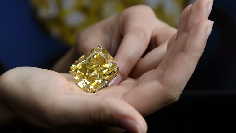 Een werknemer van Sotheby's toont de 'Graff Vivid Yellow', een van de meest zeldzame gele diamanten van die grootte.