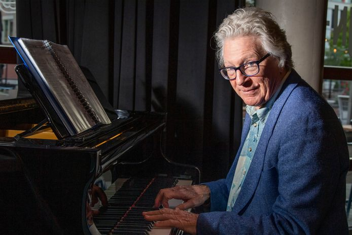 Johan Bijkerk mag vanaf 3 oktober plaatsnemen achter de vleugel in de Almelose bieb, waar hij door corona ruim anderhalf jaar geen concert meer kon geven.