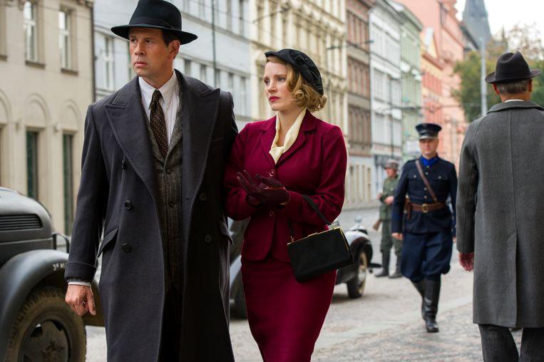 Johan Heldenbergh en Jessica Chastain in 'The Zookeeper's Wife'. Beeld rv/ Anne Marie Fox / Focus Features