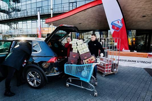 FC Utrecht organiseert een drive-through voor de voedselbanken bij stadion Galgenwaard.