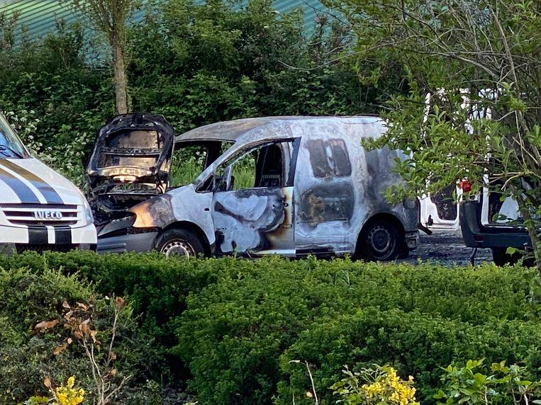 Het uitgebrande busje in de August Vermeylenstraat. Beeld Robert Spier