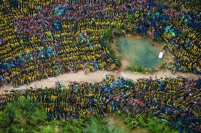 Luchtfoto van deelfietsen in China, verzameld omdat de gebruikers ze op de verkeerde plek hadden achtergelaten.