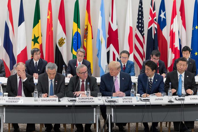 Vladimir Poetin (Rusland), Lee Hsien Loong (Singapore), Jean-Claude Juncker, Donald Trump (VS), Shinzo Abe (Japan) en Xi Jinping (China) tijdens een vergadering van de G20.