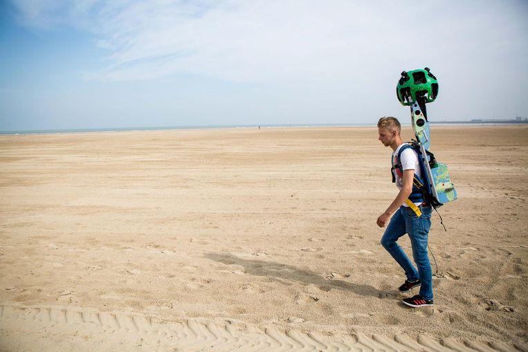 Jobstudent Jeroen Eloy passeert Zeebrugge met zijn Google Trekker, een camera van 20 kilo.