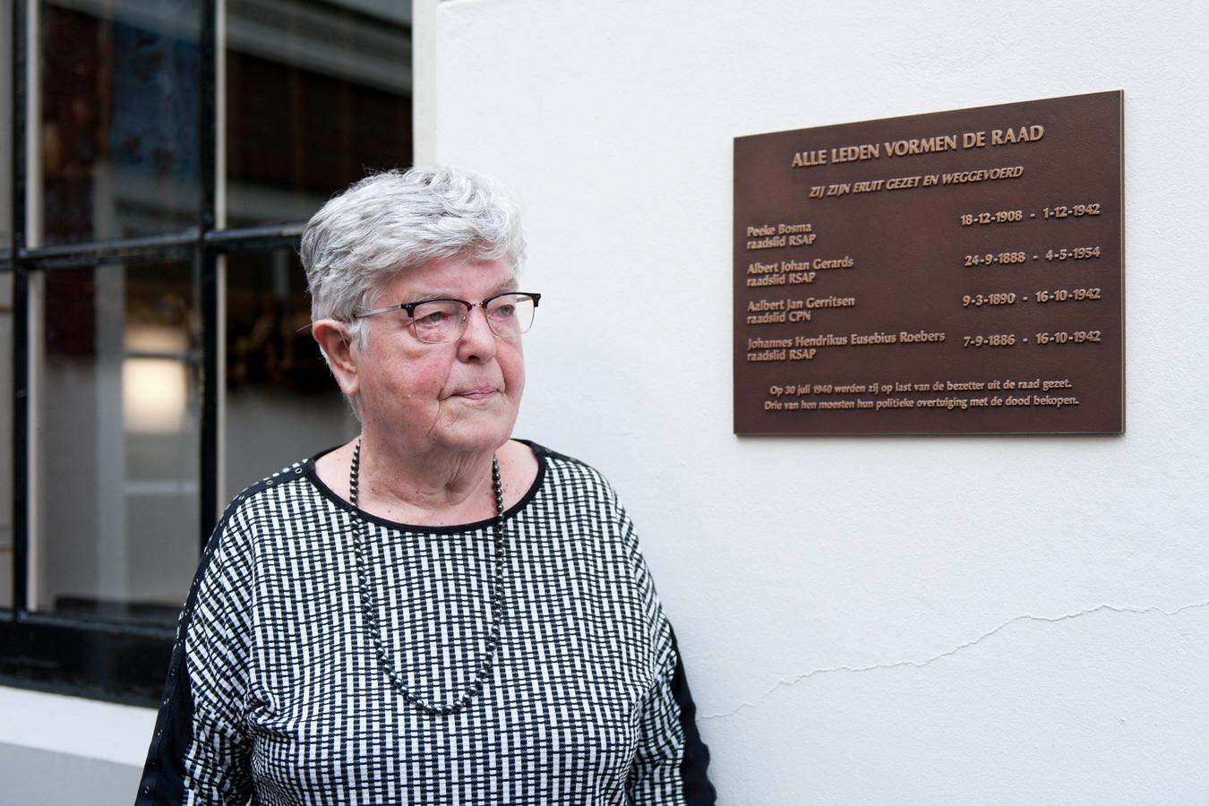 Onthulling van een plaquette in Deventer voor vier in de oorlog omgekomen gemeenteraadsleden/verzetsmensen.