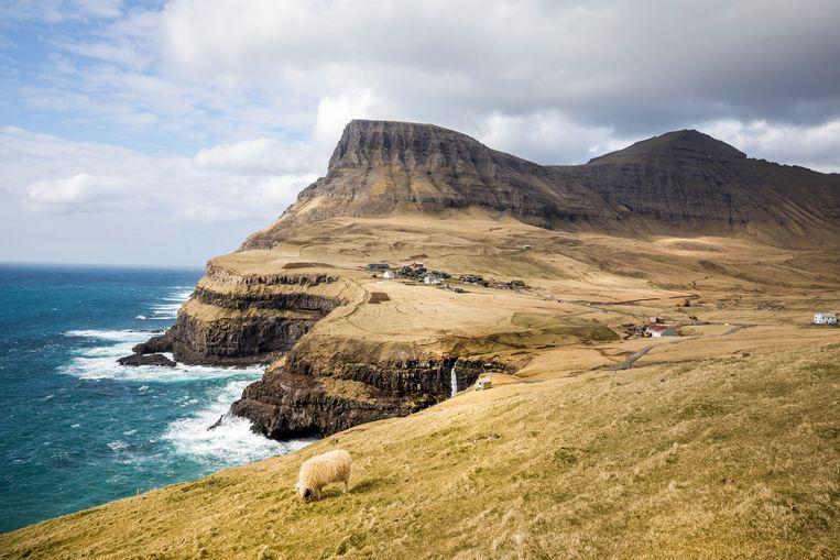 De mooiste waterval mét uitzicht: Gásadalur op het eiland Vagar.     Beeld Marie Wanders