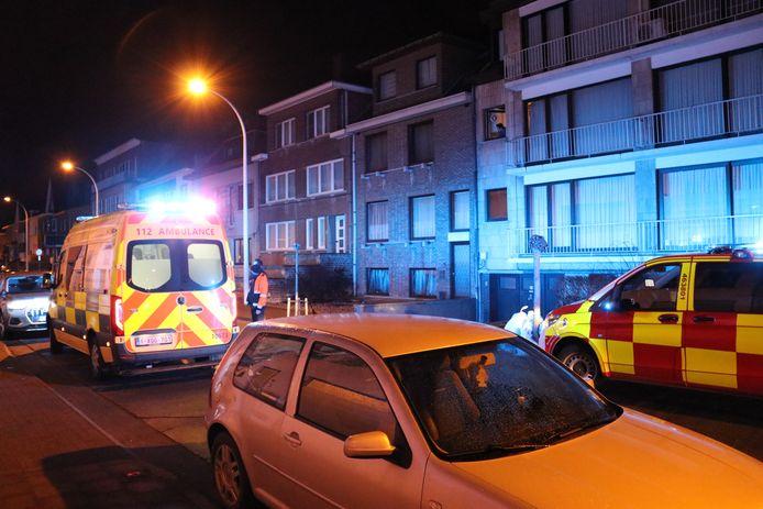 De twee bewoners van het appartement werden naar het ziekenhuis gebracht.