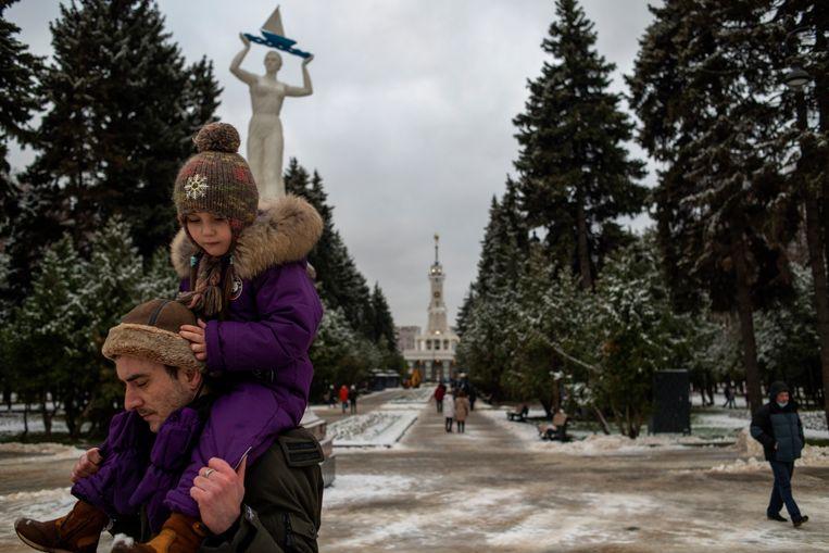 Een vader wandelt met zijn kind door de beeldentuin. Beeld Yuri Kozyrev/ Noor