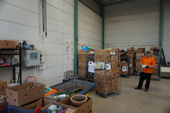 Goederen worden binnengebracht en gewogen, gesorteerd en in orde gebracht voor verkoop in één van de vijf filialen.