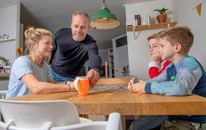 Annemieke (links), Erwin en hun zoons Cas en Tijn zijn het pleeggezin van de tweejarige Miran. De moeder van Miran wil niet dat hij op de foto komt.