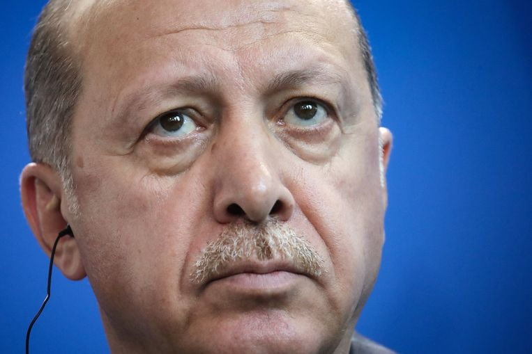 Volgens Erdogan zijn meer dan 80.000 mensen momenteel onderweg van Idlib naar Turkije. Beeld Michael Kappeler/dpa