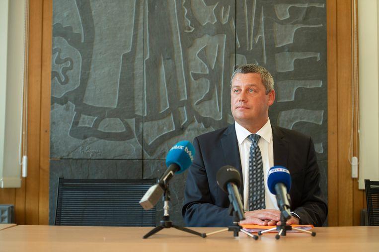 Een persconferentie van Dimitri Fourny (cdH) in maart: de burgemeester van Neufchâteau werd verdacht van kiesfraude met volmachten. Enkele dagen later werd de uitslag van de gemeenteraadsverkiezingen ongeldig verklaard.  Beeld BELGA