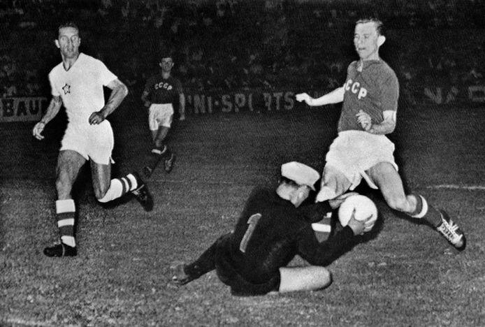 Een beeld uit de wedstrijd tussen Tsjechoslowakije en de Sovjet-Unie in 1960.