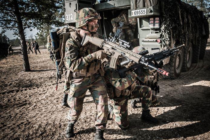 Onze militairen schieten in Litouwen met 'blankmunitie': er worden geen kogels afgevuurd, maar het geeft wel dezelfde knallen.