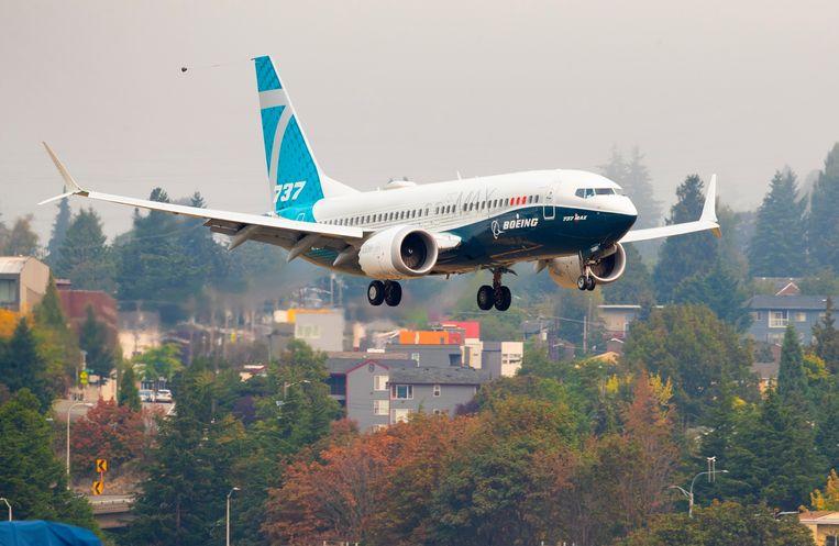 Een Boeing 737 MAX bereidt zich voor op de landing op het vliegveld van Boeing zelf in Seattle. Beeld AP