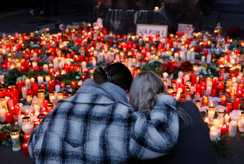 Aan de Porta Nigra, een bekende plek in Trier, worden kaarsen en bloemen neergelegd voor de slachtoffers van Bernd W. Beeld EPA