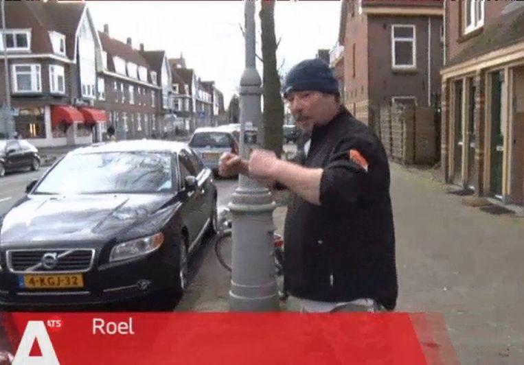 Roel vertelt over zijn brommobiel voor de camera van AT5. Beeld AT5