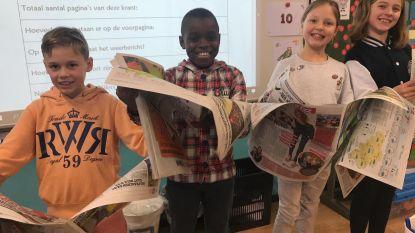 Kinderen De Tandem pluizen kranten uit
