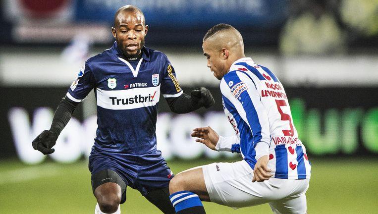 Jody Lukoki probeert verdediger Pelle van Aanholt van Heerenveen te omspelen Beeld FTP