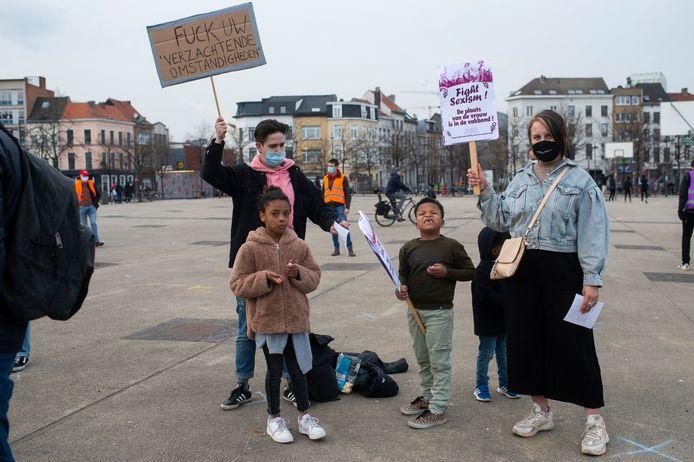 Op het Antwerpse Sint-Jansplein kwamen vandaag 100 actievoerders samen om te strijden voor gelijke vrouwenrechten.