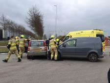 Ongeluk in Ede: bestelbus botst hard op kleine personenauto