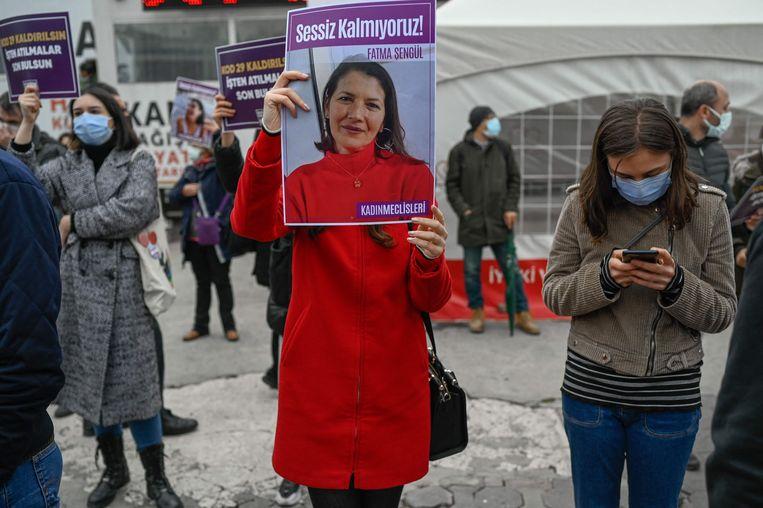 Een demonstrant met een portret van een vermoorde vrouw, tijdens een protest in Ankara zaterdag. Beeld AFP