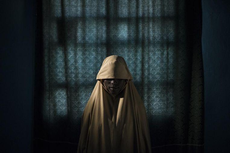 De Australische fotograaf Adam Ferguson won de 1ste prijs in de categorie 'mensen/series' met zijn verstilde portret van een 14-jarig Nigeriaans meisje. Beeld Adam Ferguson/The New York Times