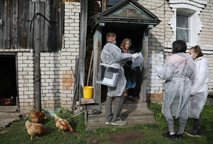 Een lokaal verkiezingscomité gaat langs bij een oudere vrouw in Duplevo in de regio Nizhny Novgorod Region.