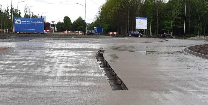 Vers gestort beton ligt maandag te drogen, met in het midden ruimte voor een scheidingsband.