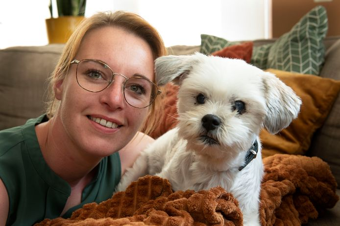 Kim van Burk met hondje Sem.