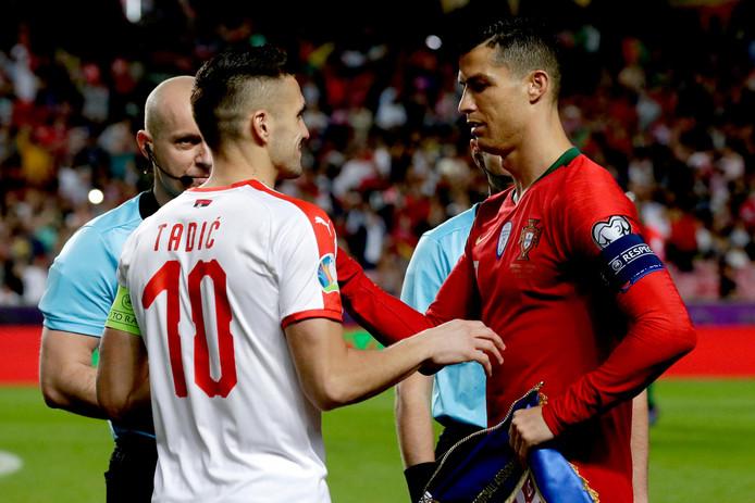 Aanvoerders Dusan Tadic en Cristiano Ronaldo in een onderonsje voor de wedstrijd.