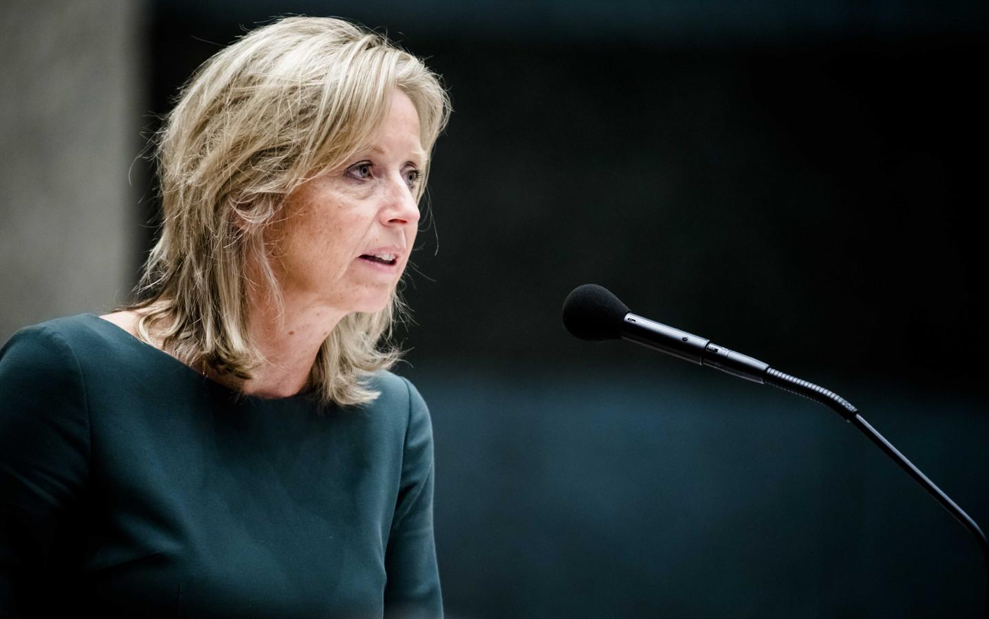 Minister Kajsa Ollongren van Binnenlandse Zaken en Koninkrijksrelaties (D66) in actie in het parlement