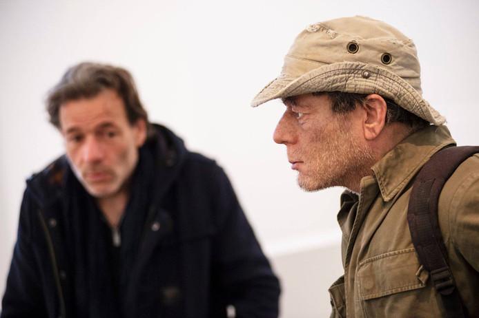 Jean-Paul de Vries bekijkt zijn wassen beeld, een ontwerp van de kunstenaar Roy Villevoye, dat de komende maanden te zien is in Huis Doorn.