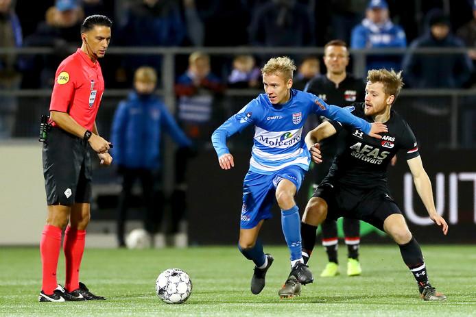 PEC Zwolle-talent Dean Huiberts in duel met AZ-middenvelder Fredrik Midtsjo.