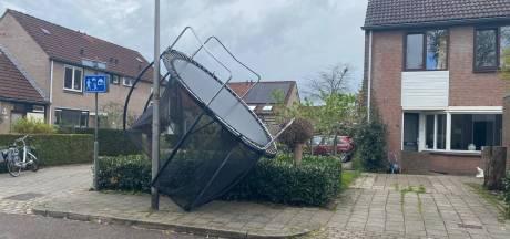 Verdwaalde trampoline na harde windstoten in Hengelo