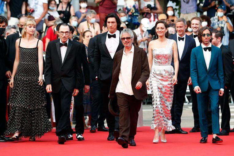 Leos Carax op de rode loper, vergezeld van de cast van zijn competitiefilm Annette.  Beeld Johanna Geron/REUTERS