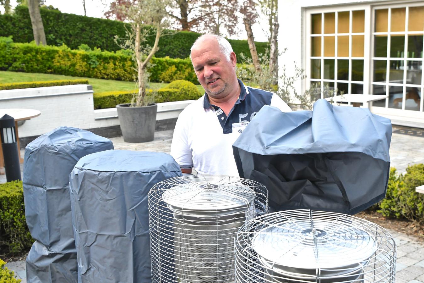 Ook restaurant La Cravache in Rekkem is klaar om vanaf zaterdag weer volk te ontvangen. Uitbater Koen Devos maakt de terrasverwarmers gebruiksklaar.