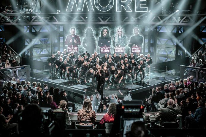 De Koorbazen op het podium van de tv-show 'We Want More'.