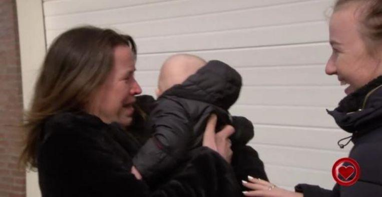Angelique ziet haar kleinzoon voor het eerst in 'All you need is love' Beeld RTL