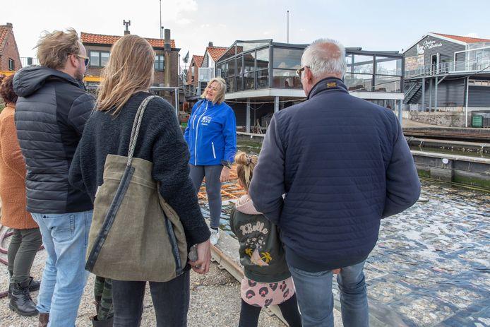Gids Suzanne de Jager geeft namens Tourist info Yerseke een rondleiding; families Miedema en Jasper zijn deelnemers; Yerseke; 2021;