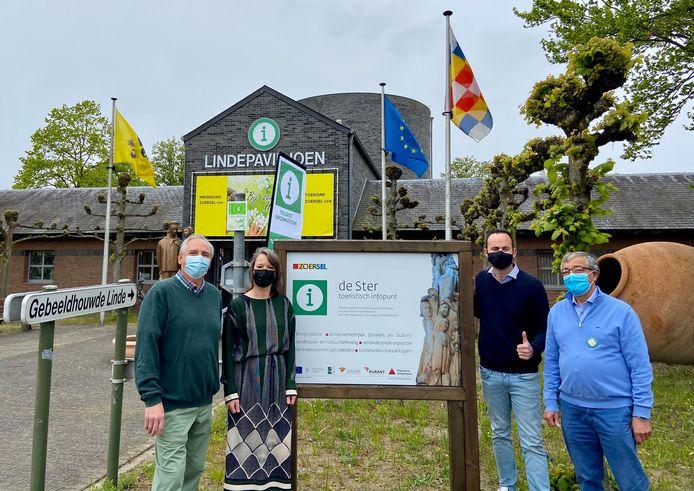 Zoersel opent nieuw toeristisch infopunt. V.l.n.r: Frank Yseboot (voorzitter Toerisme Zoersel), Liesbeth Verstreken (burgemeester), Olivier Rul (toerismeschepen) en Patrick Debaere (ondervoorzitter Toerisme Zoersel)