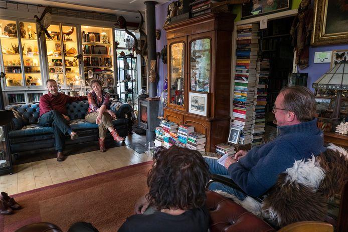 Jos Spijkers en Zwaan Stam spelen de voorstelling 'Ik wil jou' voor twee mensen in de huiskamer. Foto Theo Kock.