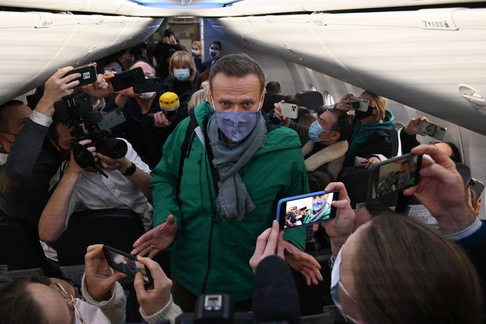 Navalny tijdens het opstappen, omringd door journalisten.